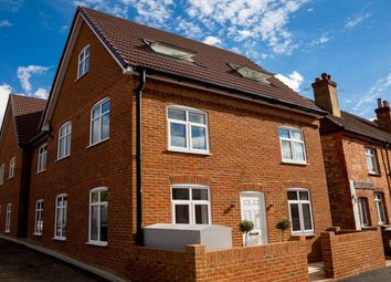 Thumbnail 1 bed flat to rent in Falcon Road, Guildford