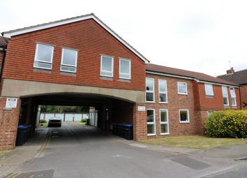 Thumbnail 1 bed flat to rent in Hythe Park Road, Egham