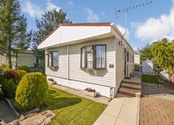 2 bed mobile/park home for sale in Eastern Avenue, Chertsey KT16