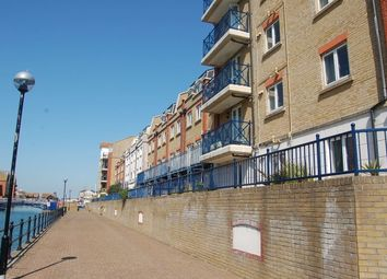 2 bed flat to rent in The Piazza, Eastbourne BN23