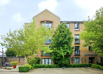 3 bed flat to rent in Kempton Court, Whitechapel, London E1