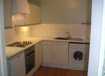 2 bed flat to rent in Rochfords Gardens, Slough SL2