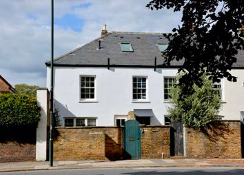 Hampton Court Road, East Molesey KT8. 2 bed flat
