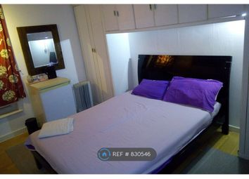 Room to rent in Lensbury Way, London SE2