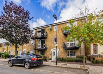 2 bed flat to rent in Moulins Road, London E9