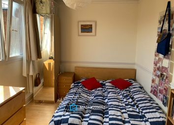 4 bed flat to rent in Roman Road, London E3