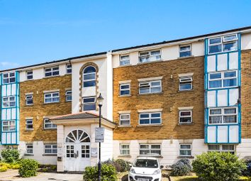 2 bed flat to rent in Adeliza Close, Barking, Essex IG11