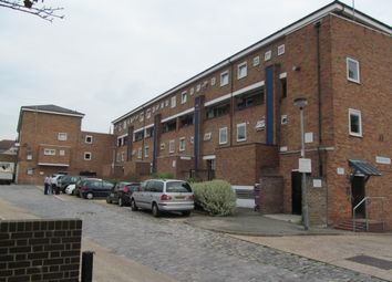3 bed flat to rent in Kilner Street, London E14