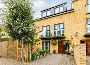 Magna Square, London SW14. 3 bed semi-detached house