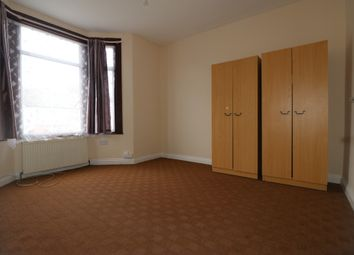 Auckland Road, Ilford, Essex IG1. 3 bed flat