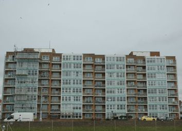 2 bed flat to rent in Kingsway, Hove BN3