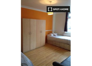 Room to rent in Barnsley Street, London E1