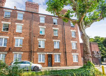 Thumbnail Flat to rent in Cromwell Avenue, London