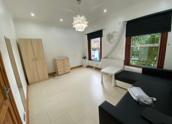 3 bed flat to rent in Hoe Street, London E17