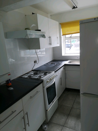 2 bed maisonette to rent in Brooks Parade, Green Lane, Goodmayes, Ilford IG3