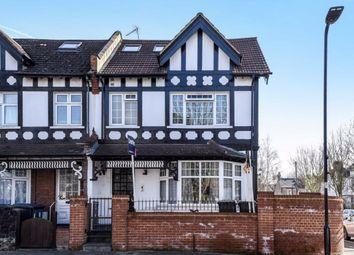 2 bed flat to rent in Highlands Avenue, London W3