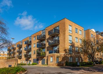 Russells Crescent, Horley RH6. 2 bed flat for sale