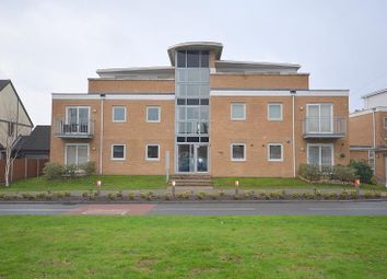 2 bed flat to rent in Front Lane, Upminster RM14