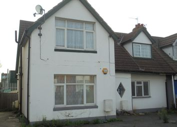 Thumbnail 2 bedroom flat for sale in Lake Avenue, Slough