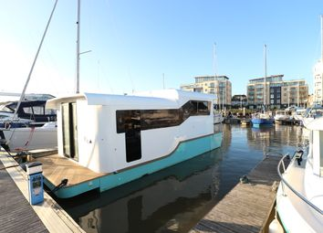 The Yacht Harbour, Fort Road, Newhaven BN9. 2 bed houseboat