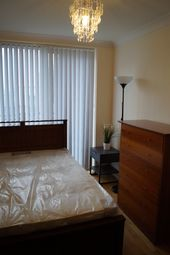 Thumbnail Room to rent in Boardwalk Place, Canary Wharf, London