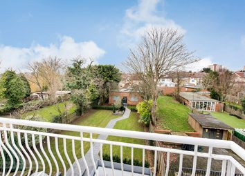 3 bed flat to rent in Queens Road, London NW4