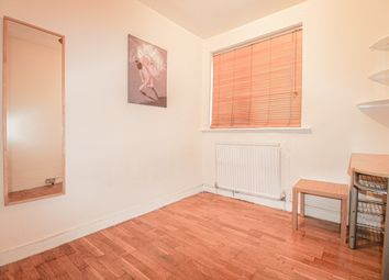 Thumbnail Studio to rent in Dingwell Gardens, London