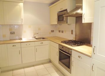 2 bed flat to rent in Heathcote Road, Camberley GU15