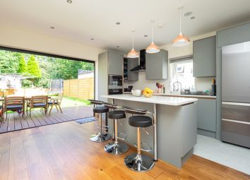 2 bed flat to rent in Beverley Way, London SW20