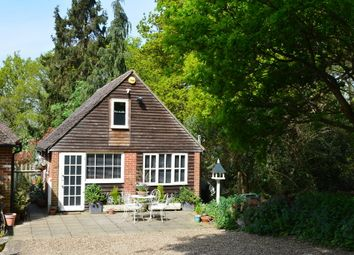 Thumbnail Cottage to rent in Old Common Road, Cobham
