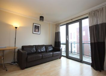 2 bed flat to rent in Victoria Road, London W3