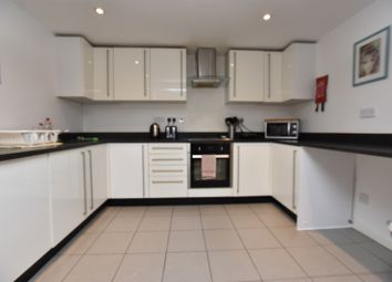 3 bed flat to rent in Carnarvon Road, London E18