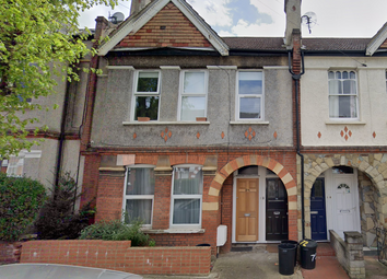 3 bed flat to rent in Salterford Road, London, Streatham SW17