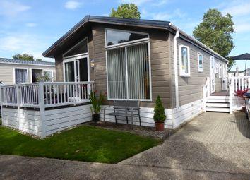New Beach Park, Hythe Road, Dymchurch, Romnet Marsh, Kent TN29. 3 bed mobile/park home