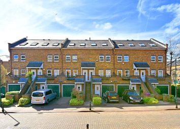 2 bed maisonette to rent in Schooner Close, Canary Wharf, London E14