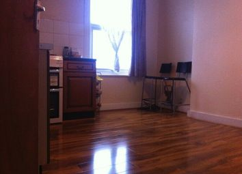 2 bed flat to rent in Windsor Road, Ilford IG1