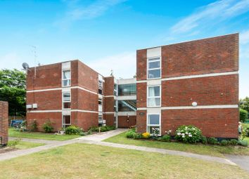 2 bed flat to rent in Fosse Way, West Byfleet KT14