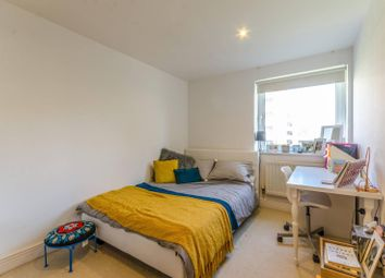 Wards Wharf Approach, Silvertown, London E16. 3 bed flat