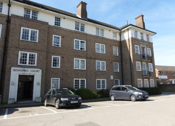 2 bed flat to rent in Bishopric Court, Horsham RH12