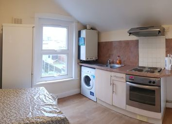 2 bed flat to rent in Nutfield Road, London E15