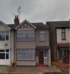 Thumbnail 1 bed flat to rent in Alexandra Road, Romford