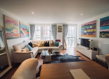 Thumbnail Flat for sale in Lincoln Plaza, London