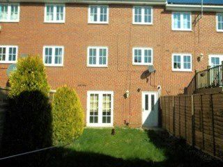 Thumbnail 5 bed town house to rent in Kensington Way, Leeds, West Yorkshire