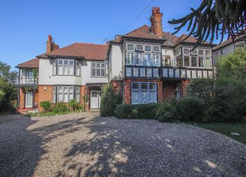 Beach Court, Whitefriars Crescent, Westcliff-On-Sea SS0. 2 bed flat