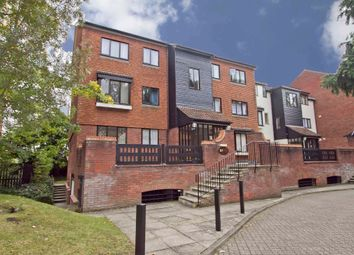 Oakdene Close, Hatch End, Pinner HA5. 2 bed flat