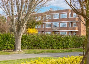 Winchelsea Gardens, Worthing BN11. 2 bed flat for sale
