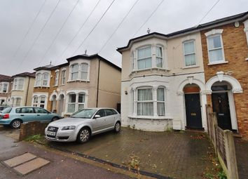 2 bed maisonette to rent in Manor Road, Romford RM1