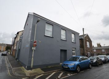 2 Bedroom Flat, Trinity Street, Barnstaple EX32. 2 bed flat