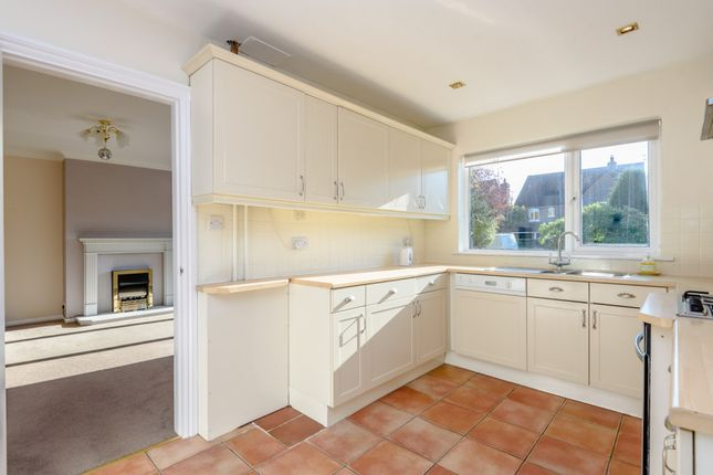 Thumbnail Bungalow to rent in Woodlands Road, Sonning Common, Reading