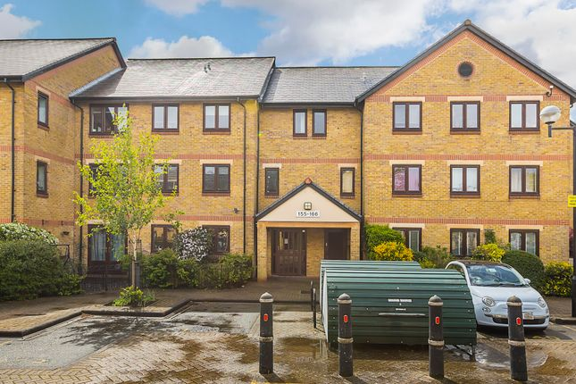 2 bed flat to rent in Riverside Close, Hackney E5